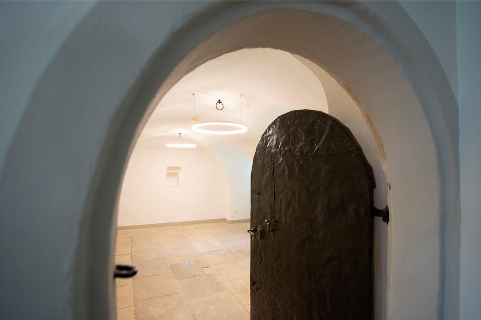 Diese mit Eisenblech beschlagene historische Tür der ehemaligen Küche wurde aufgearbeitet.