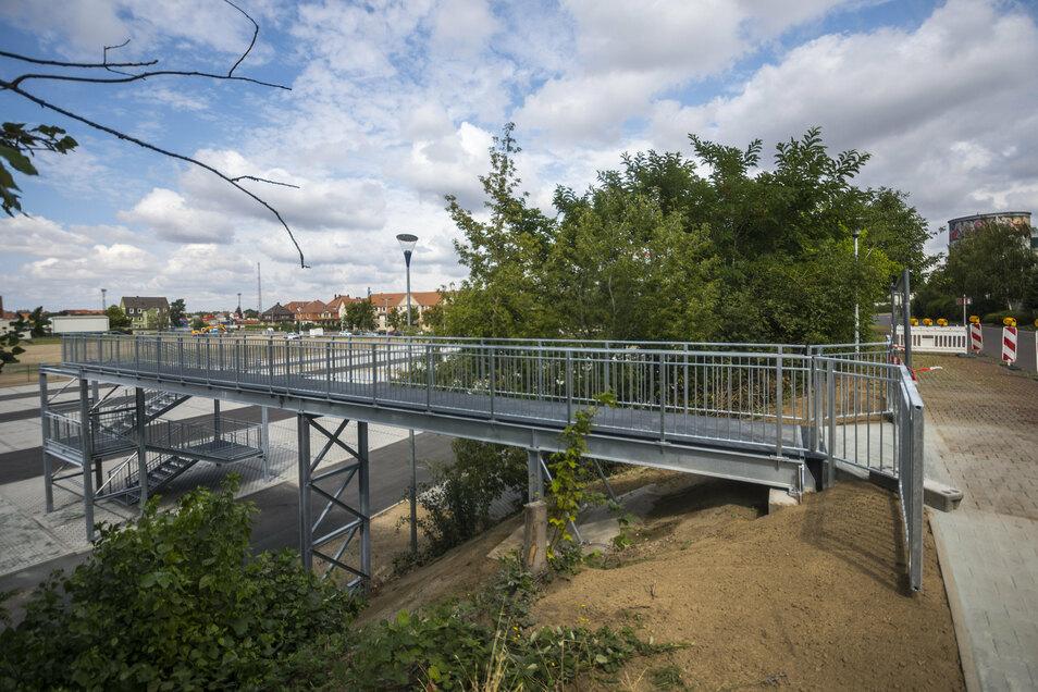 Sechs Meter Höhenunterschied liegen zwischen dem neuen Feralpi-Mitarbeiterparkplatz und der Uttmannstraße. Ein Treppenturm hilft, sie zu überwinden.