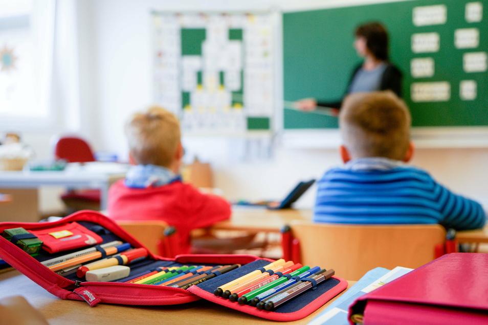 Ab Montag müssen die Dresdner Schüler daheim lernen. Lehrer und Kinder bereiten sich auf die häusliche Lernzeit vor.