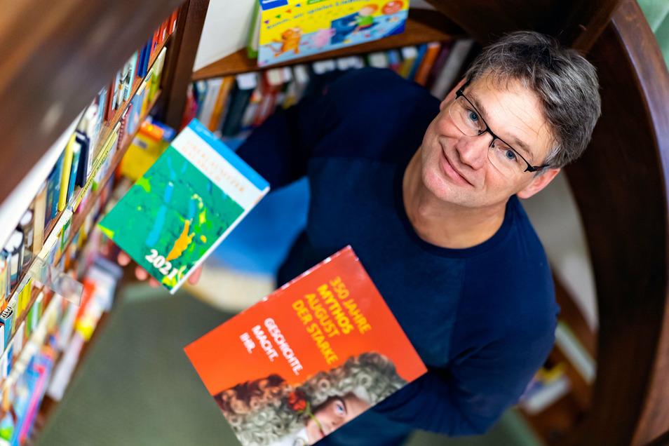 Lars-Arne Dannenberg vom Via Regia Verlag präsentiert seine Neuerscheinungen, darunter auch das Neue Oberlausitzer Hausbuch für 2021 (links).