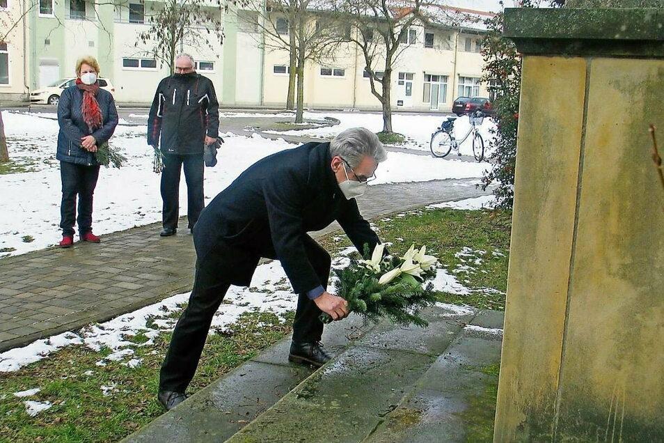 Am Denkmal für die Opfer des Nationalsozialismus legte Weißwassers erster stellvertretender Bürgermeister Hartmut Schirrock gestern für die Stadt ein Blumengebinde nieder.