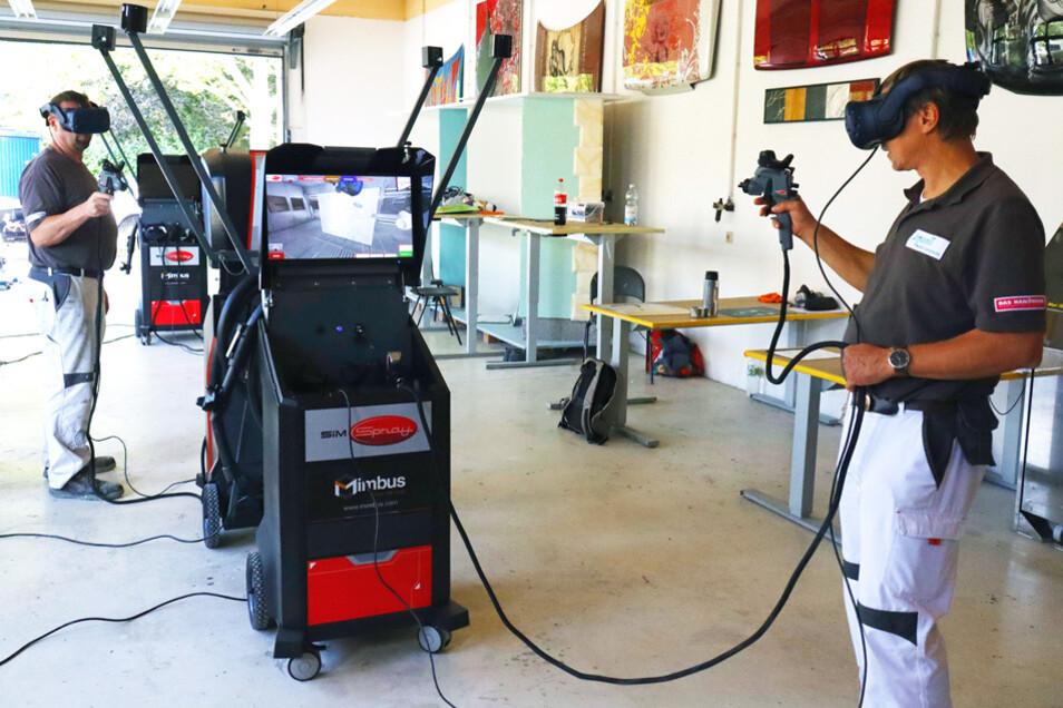 An den digitalen Lackierkabinen am njumii-Standort in Pirna können Maler, Lackierer, Fahrzeuglackierer und Tischler virtuell den gleichmäßigen Farbauftrag auf verschiedene virtuelle Bauteile üben. Neben der Menge werden auch Winkel, Abstände und Geschwindigkeit des Auftrags überprüft.