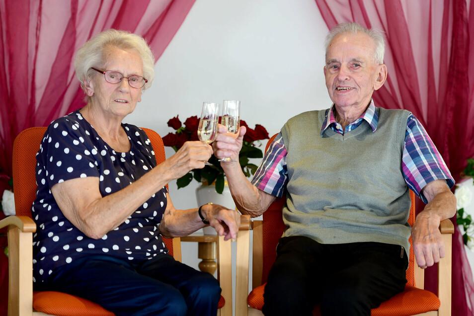 Ursula und Gottfried Urban aus Zittau stoßen auf ihre Eiserne Hochzeit an.