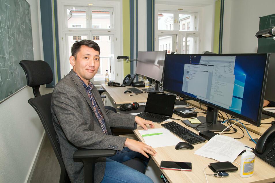 """Zhandos Moldabekov (30) kam aus Alma-Ata in Kasachstan mit seiner Familie nach Görlitz. Am Casus-Institut erforscht der junge Physiker Zustände von Materie unter Extrembedingungen, wie sie nur im Weltall oder im heißen Erdkern vorkommen. """"Wir wollen diese Materie verstehen lernen"""", sagt er, """"auch damit unsere Forschung zukünftig zur Erschließung neuer Energiequellen genutzt werden kann."""" Er erfuhr über einen Freund, der bereits bei Casus arbeitet, von dem Görlitzer Forschungsinstitut, und bewarb sich hier. Anfang Oktober kam er mit seiner Frau und seinen drei Kindern im Alter zwischen zehn Wochen und sieben Jahren in die Stadt und hat hier einen guten Platz für seine Familie gefunden. (ie)"""