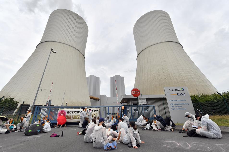 Der Protest richtet sich gegen das geplante Kohlegesetz, das in der kommenden Woche vom Bundestag beschlossen werden soll. Die Aktivisten fordern den Stopp des Gesetzes und einen sofortigen Kohleausstieg.