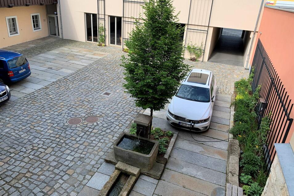 Innenhof des Ensembles Breite Straße 2: Neuer Brunnen, neue Pflanzen, neue Ladestation für E-Autos.