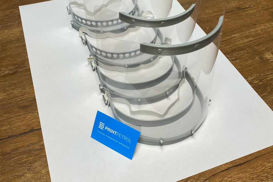 Wenn alle einzelnen Bestandteile zusammengesetzt sind, ist eine Maske entstanden, die über dem Mundschutz aus Stoff getragen werden kann.