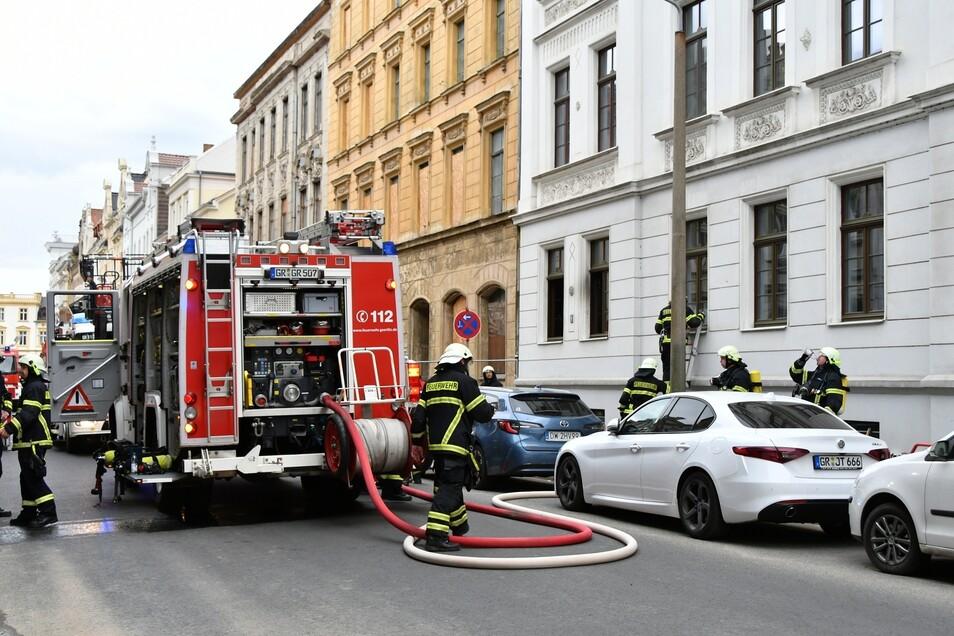 Feuerwehrleute am Ort des Geschehens in der Görlitzer Innenstadt.