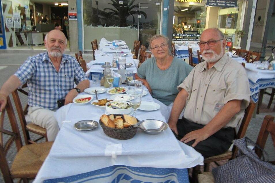 Inga Arnold-Geierhos mit ihrem Ehemann Wolfgang Geierhos (r.) und dem Historiker Dimitrios Benekos im Hafen von Volos, Griechenland.