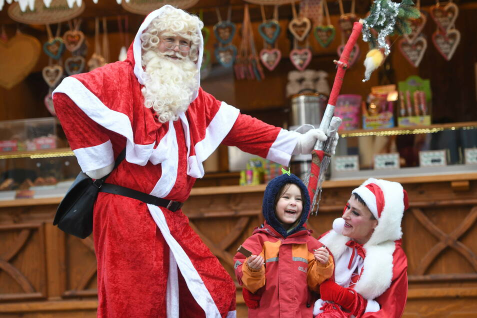 Beim langen Einkaufssonnabend in der Zittauer Innenstadt hatten auch die Kinder ihre Freude. Der Weihnachtsmann mit seiner Frau Susanne und Wolfgang Wauer hatten kleine Überraschungen für sie.