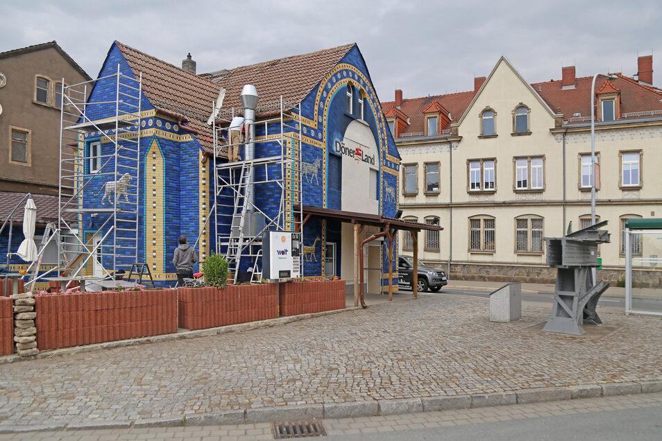 Schon im vergangenen Jahr war die Fassade des Hauses weitgehend umgestaltet worden. Nun ging es an den Lückenschluss und Feinarbeiten.