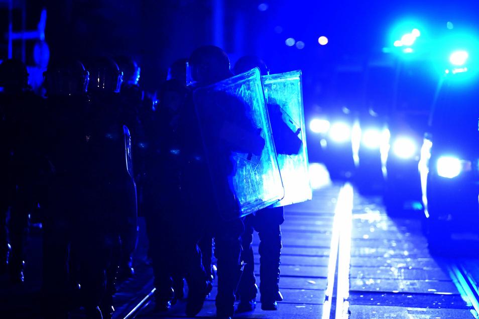 Polizisten in Schutzausrüstung laufen am vergangenen Freitag am Rande einer Demonstration im Leipziger Stadtteil Connewitz.