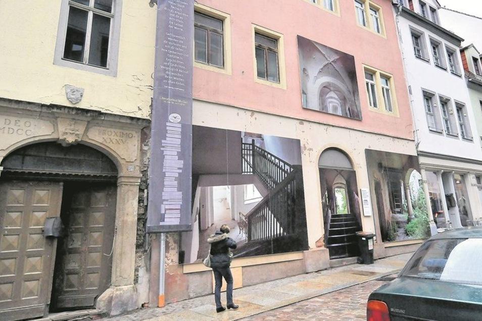 Römische Ziffern am Portal zeigen das Jahr 1735 an, in dem das Haus an der Burgstraße 2 entstanden ist. Bilder an der Fassade lenken die Aufmerksamkeit auf die bevorstehende Modernisierung des Anwesens.Fotos: Claudia Hübschmann