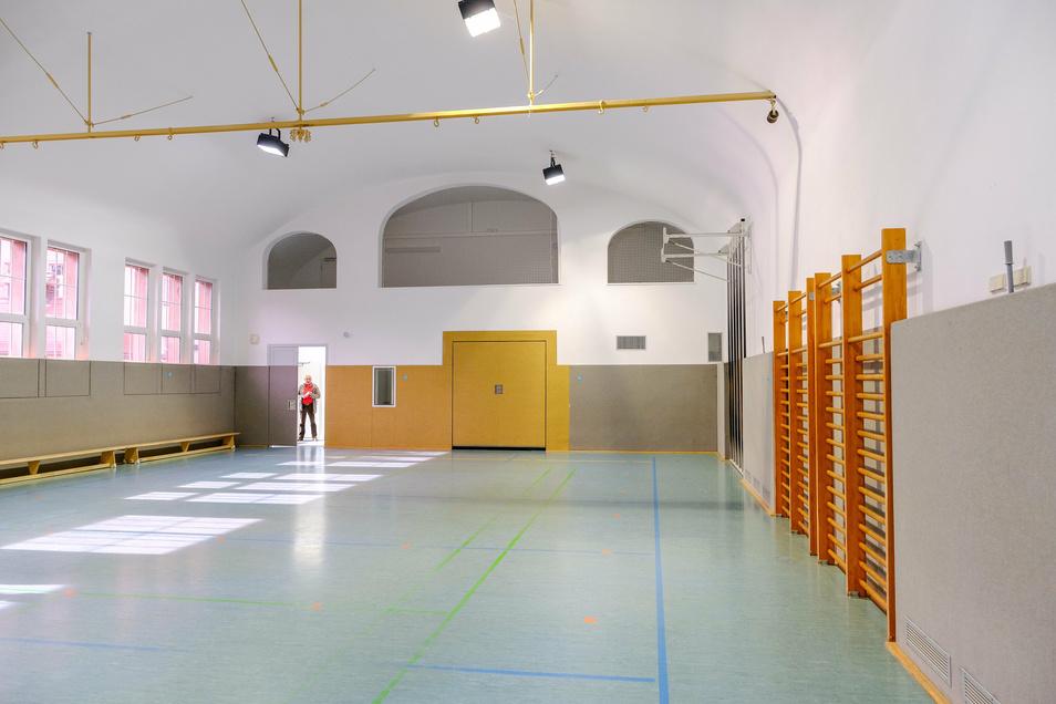 Hier können nicht nur Schüler rein, sondern auch Vereine. Von der Decke bis zum Fußboden samt Wänden ist im Hallenbereich alles neu.