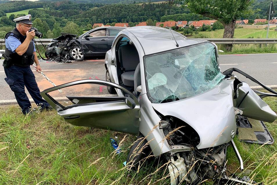 Bei diesem Unfall wird die Nissan-Fahrerin schwer verletzt.