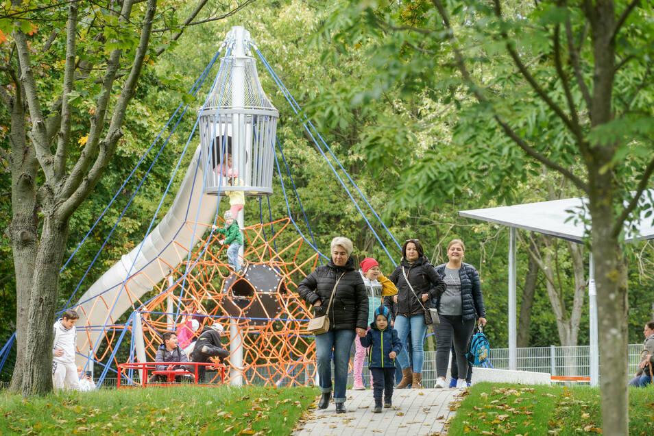 Zur Eröffnung ist der Erlebnispark gut besucht.
