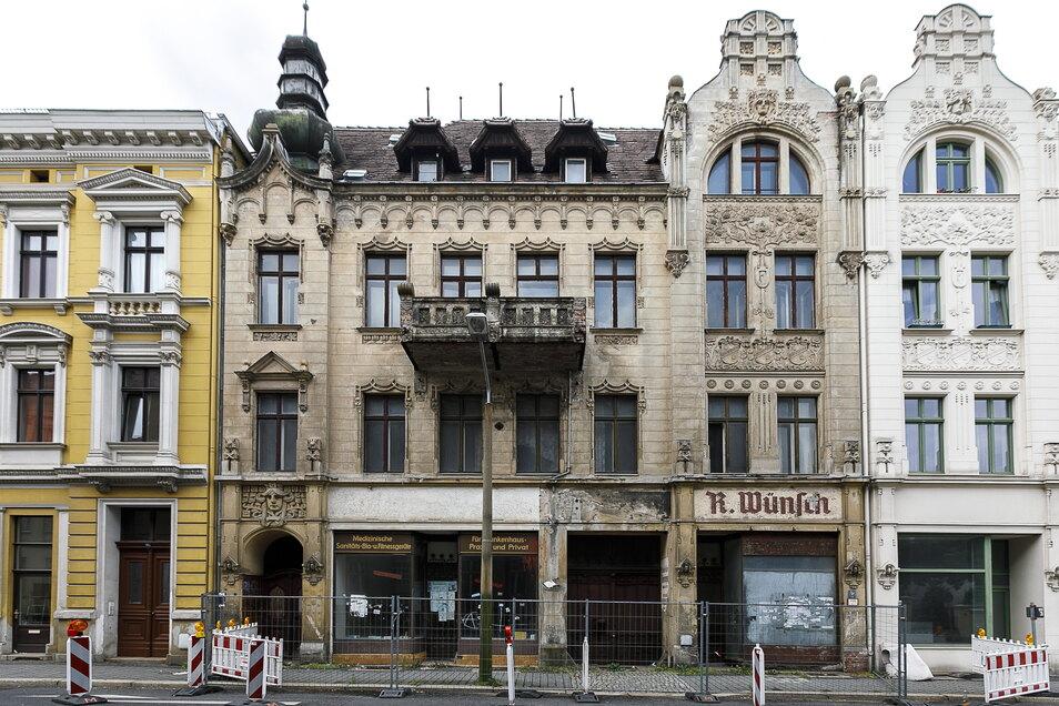 Das Haus Bismarckstraße 18 ist ruinös. Die Stadt hat es notgesichert. Bei der Zwangsversteigerung brachte es 70.101 Euro ein.