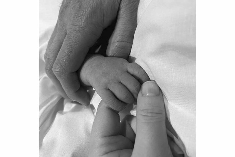 Dieses von der britischen Prinzessin Eugenie auf Instagram veröffentlichte Foto zeigt die Hand ihres neugeborenen Kindes, die von ihr und ihres Mannes Jack gehalten wird.