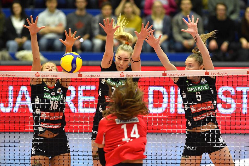 Vergeblich gestreckt: Der Dresdner Block um Brie King, Laura de Zwart und Kadie Rolfzen versucht dem Angriff von Vilsbiburgs Nikki Taylor abzuwehren. Am Ende setzten sich die Gäste in der Margon-Arena in fünf Sätzen durch.
