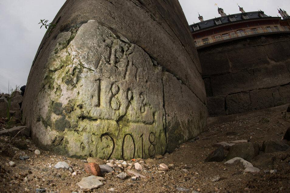 Dieser Hungerstein mit Jahreszahlen ab 1973 ist am unteren Ende der Freitreppe vor dem Schloss Pillnitz zu sehen.