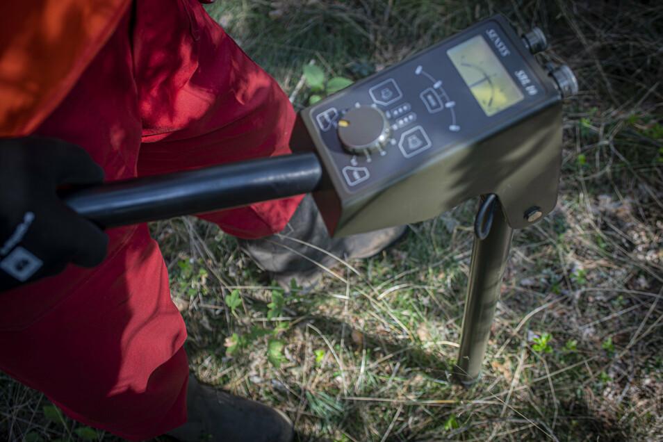 Wenn der Zeiger der Sonde nach rechts ausschlägt, dann könnte Gefahr in Verzug sein. Mit dem Spaten wird der unbekannte Gegenstand dann vorsichtig ausgegraben.