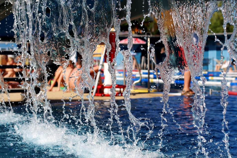 Bei Temperaturen um 30 Grad ist das Radeberger Stadtbad gut besucht. Das klare Wasser verspricht Erfrischung pur.