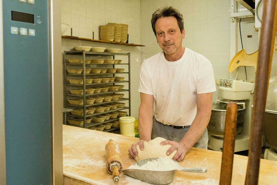 Bäckermeister Wolfram Schuster bereitet in der Backstube Teig für Mohnzöpfe und Käsebrötchen vor.