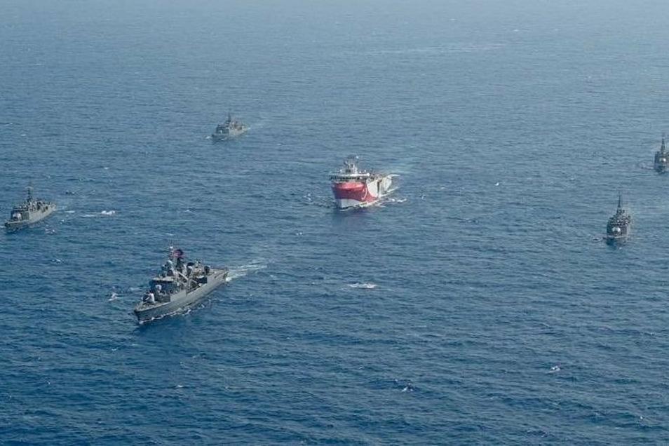 Das türkische Forschungsschiff «Oruc Reis» (M) fährt in Begleitung türkischer Kriegsschiffe über das Mittelmeer, um nach Gasvorkommen zu suchen.