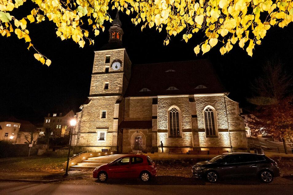 Seit einigen Tagen wird die Glashütter Sankt-Wolfgang-Kirche angestrahlt.