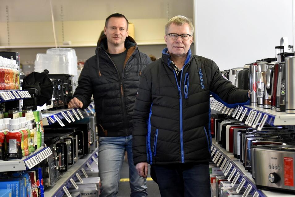 Alexander Weder (li.), stellvertretender Marktleiter, und Geschäftsführer Frank Scholz im Interimsstandort des Elektronikmarktes Euronics XXL in Radeberg. Das alte Gebäude wird abgerissen.