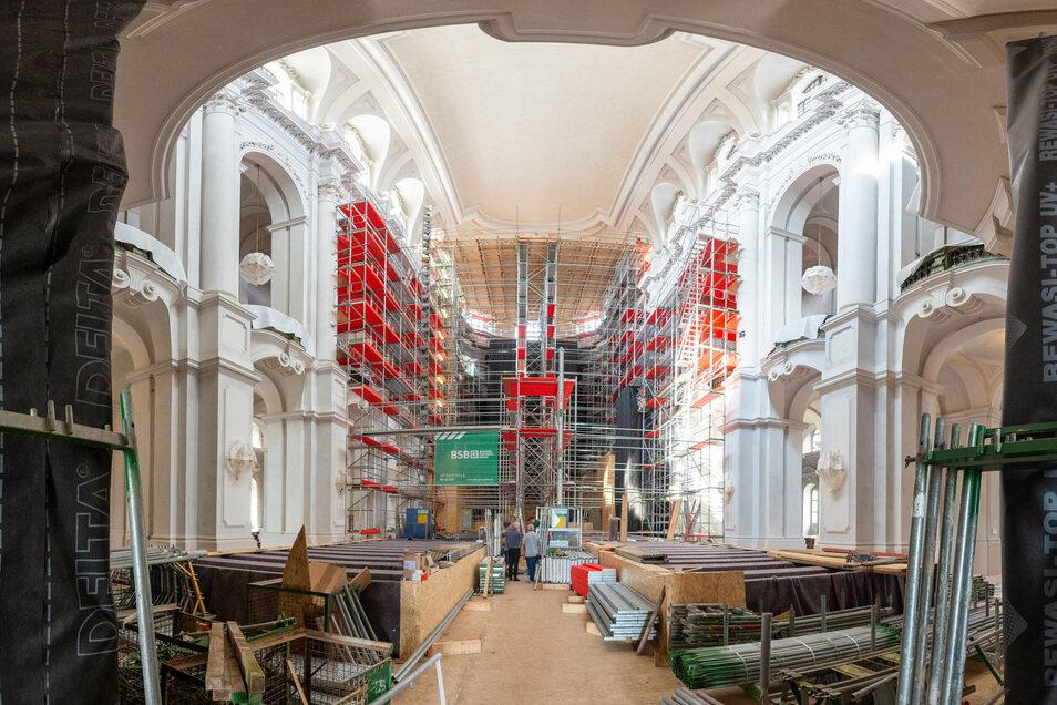 Die Hälfte des Gerüstes in der Hofkirche steht. Bis Ende August soll alles aufgebaut sein.