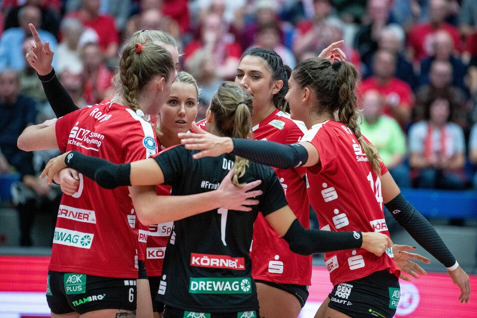Volleyball-Frauen des Dresdner SC liefern Stuttgart im Pokalendspiel einen leidenschaftlichen Kampf.
