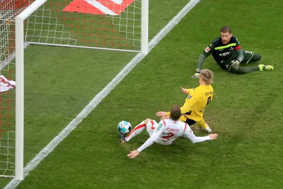 Dortmunds Erling Haaland (M) erzielt den Treffer zum 2:2 gegen Köln
