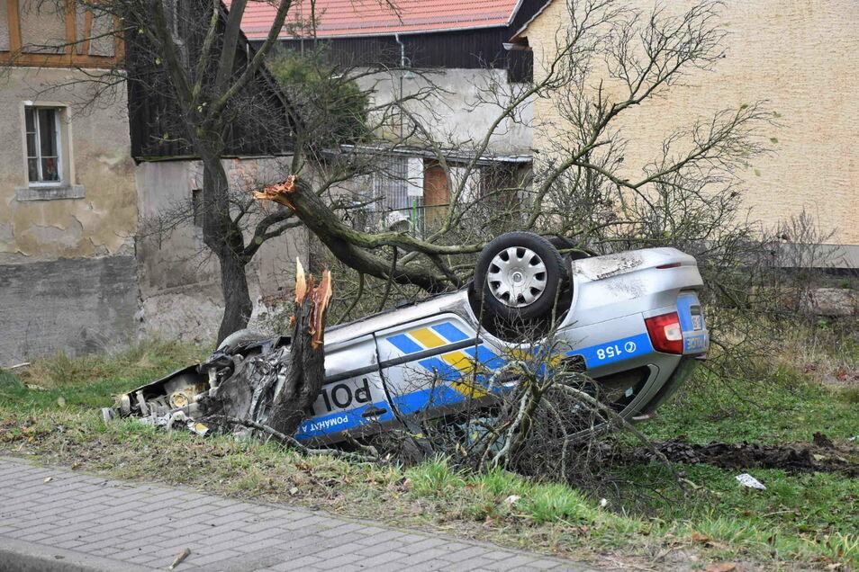 Der tschechische Streifenwagen überschlug sich bei einer Verfolgung in Großschönau.