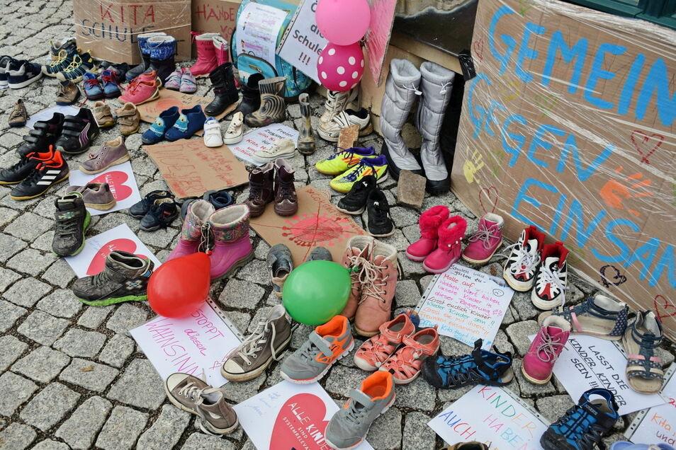Rund 100 Paar ausgediente Kinderschuhe wurden am 21. März vor dem Lommatzscher Rathaus als Protest gegen die Schließung von Kindereinrichtungen und Schulen niedergelegt.