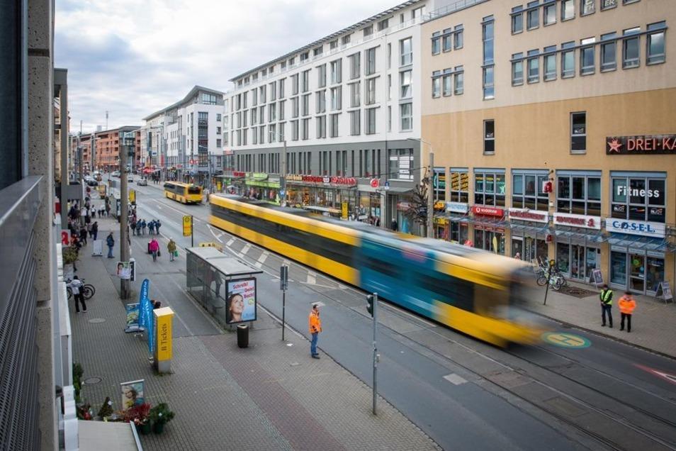 Noch teilen sich Autos, Bahnen und Fußgänger die Kesselsdorfer Straße. Die Stelle soll sich in den kommenden zwei Jahren verändern.
