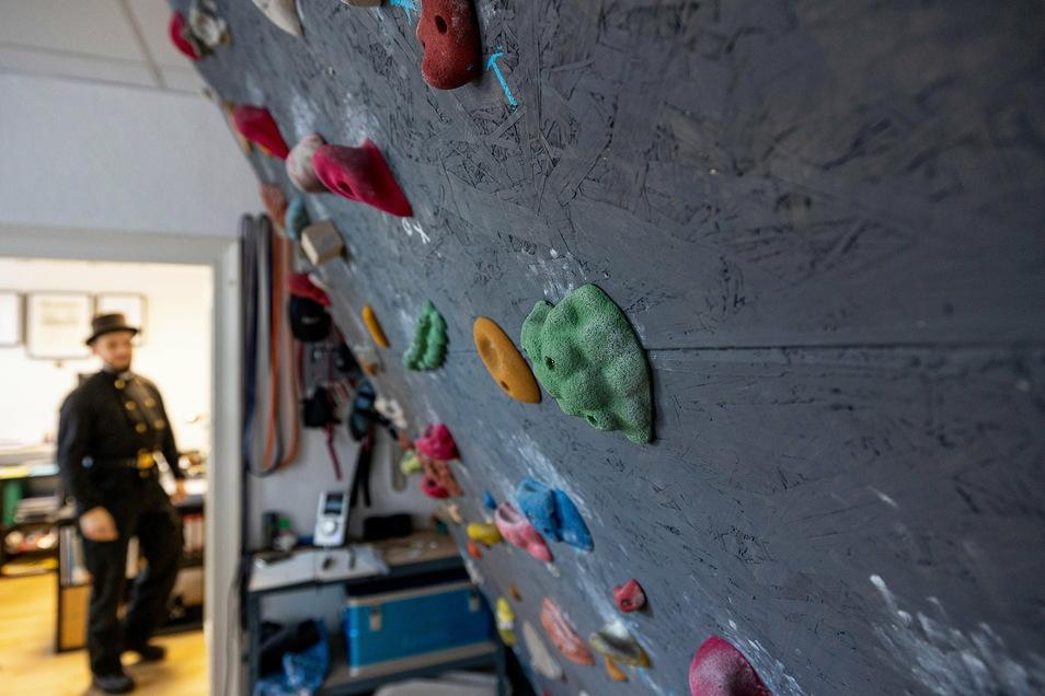 Für eine aktive Mittagspause: Neben seinem Schreibtisch hat der Freizeitkletterer Zißmann eine Boulderwand installiert.