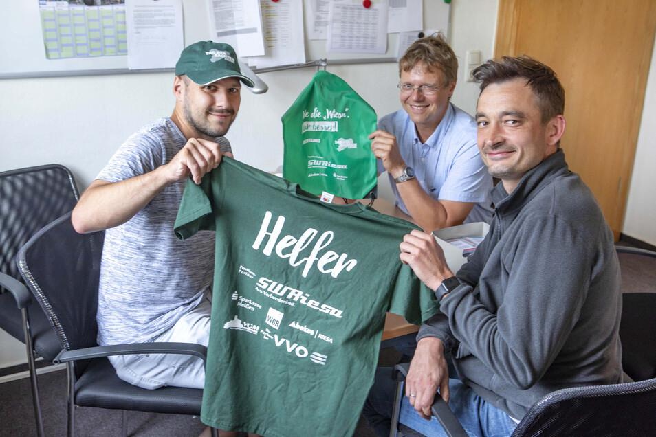 Mit diesen T-Shirts, Basecaps und Mützen werden die Helfer zum Tag der Sachsen ausgestattet. Für ihre Organisation ist Hauptamtsleiter Marcus Gierth (M.) zuständig. Tobias Czäczine (l.) und Kai Eckert gehören zum Vorbereitungsteam.