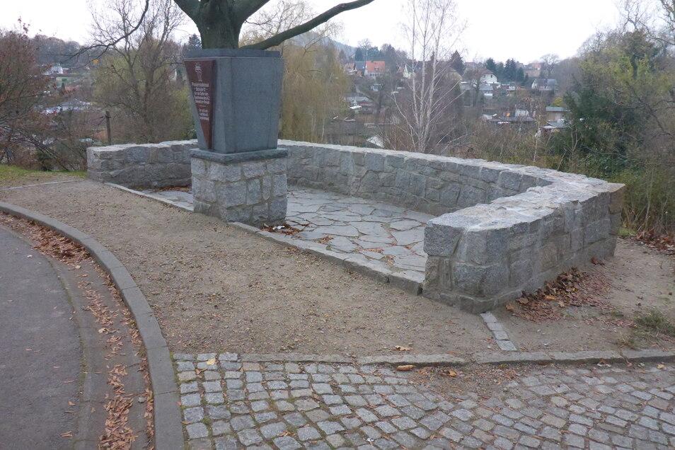 Das Mahnmal erinnert an das Außenlager des KZs Groß-Rosen im Biesnitzer Grund, das von August 1944 bis zum Kriegsende existierte.