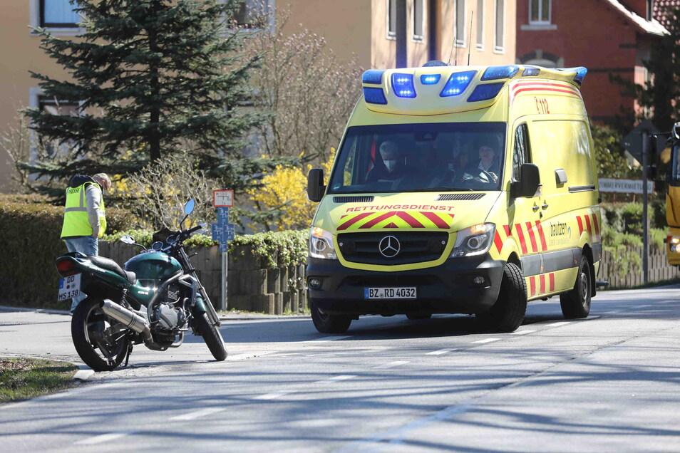 Einer 42-jährige Motorradfahrerin wurde am Montag in Radeberg die Vorfahrt genommen. Sie stürzte mit ihrer Kawasaki.