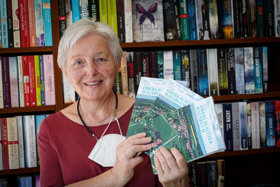 Die Bautzener Buchhändlerin Reingard Kretschmar-Dietrich hat das neue Oberlausitzer Hausbuch 2022 im Angebot.