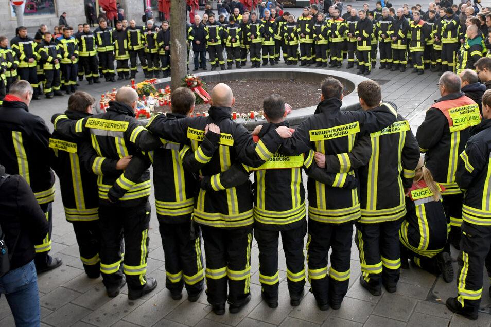 Am Königsplatz trauern Feuerwehrleute um ihren getöteten Kameraden.