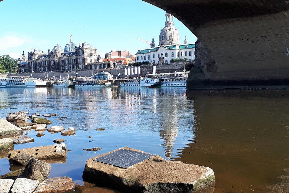 Dieser Stein an der Augustusbrücke soll späteren Generationen zeigen, wie niedrig das Wasser im Juli 2019 gestanden hat.