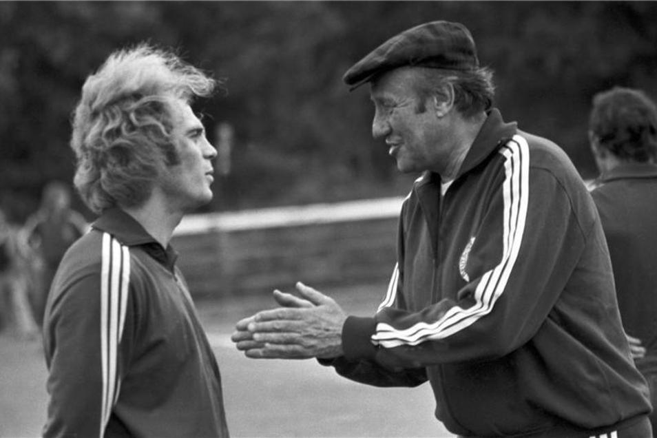 Auf dem Trainingsplatz voin Malente unterhalten sich Uli Hoeness (l) und Bundestrainer Helmut Schön