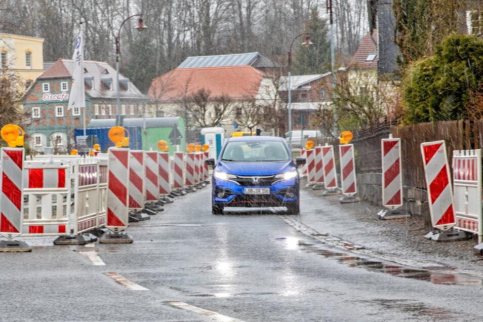 In Ebersbach wird an der B96 im Bereich der Volksbankfiliale wieder gebaut. Und das ist nicht die einzige Baustelle auf der Bundesstraße, die Kraftfahrer jetzt einplanen müssen.