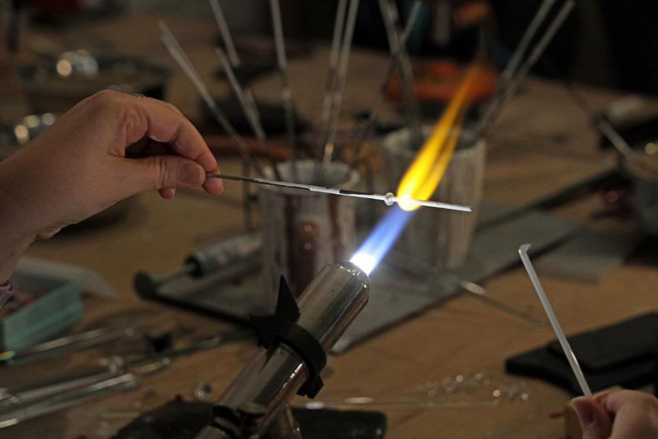 Per Spezialbrenner und Propangas-Sauerstoff-Gemisch wird das Glas auf einige hundert Grad Celsius erhitzt. Ab etwa 550 Grad wird der feste Werkstoff weich und kann auf einen Edelstahlstab gebeben und dann gedreht werden.