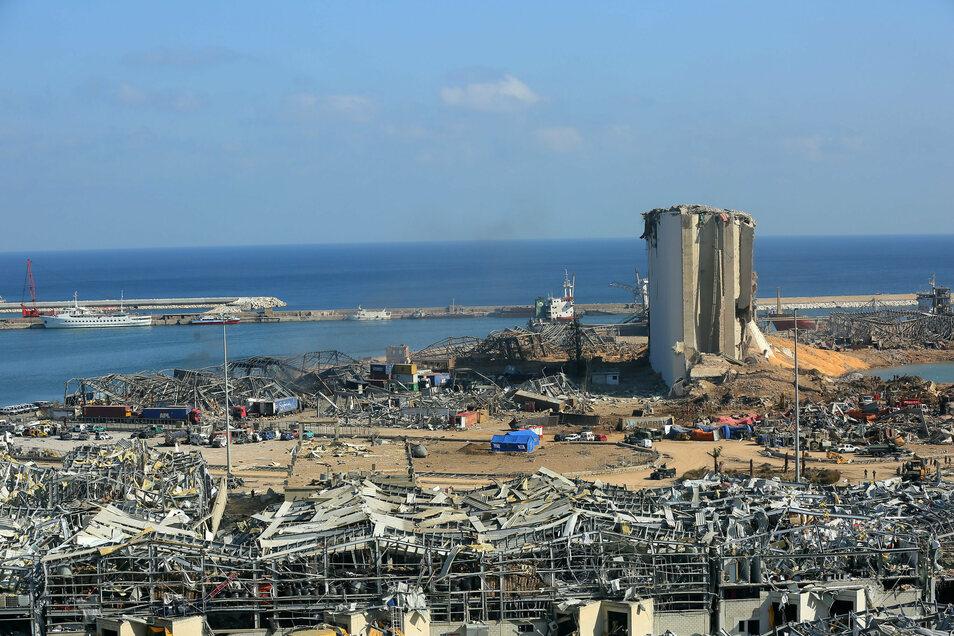 Blick über einen Teil der Zerstörung nach der massiven Explosion im Hafen von Beirut.