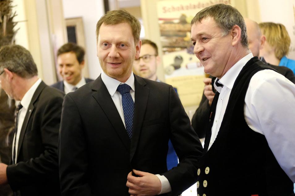 Der stellvertretende Kreishandwerksmeister Roberto Heilscher (r.) begrüßt Sachsens Ministerpräsidenten Michael Kretschmer zum Neujahrsempfang der Kreishandwerkerschaft Meißen.