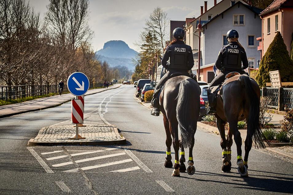 Polizei-Reiter am Karfreitag in Postelwitz, einem Stadtteil von Bad Schandau. Die beiden Polizistinnen aus Großerkmannsdorf laufen auf der B 172 an der Elbe Streife.