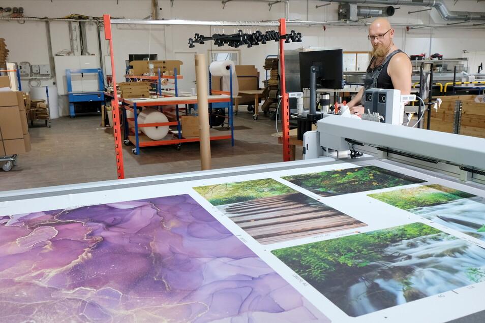 Drucke in verschiedenen Motiven und Formen werden in Meißen nach den Wünschen der Kunden angefertigt. Im Bild: Sebastian Lehmann.